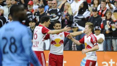 Dax McCarty celebra su gol con Sacha Kljestan y Felipe.