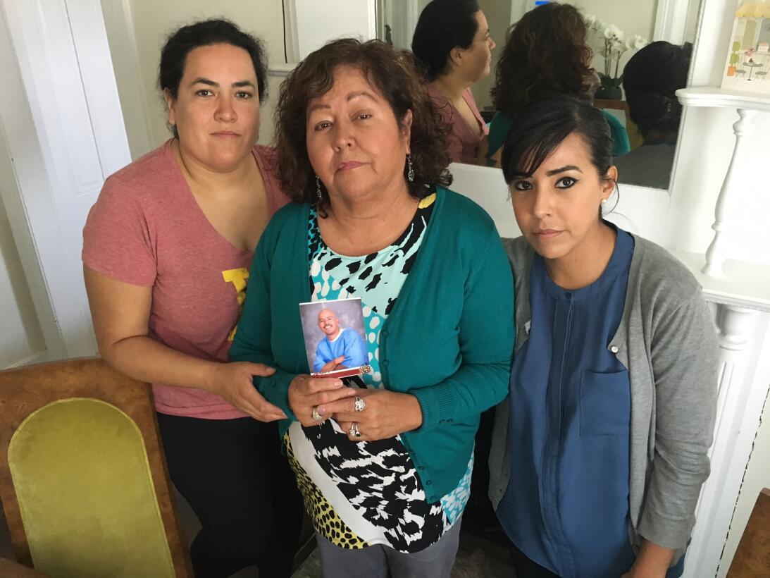 La familia de David Díaz: sus hermanas Ángela y Darlene, a los costados,...