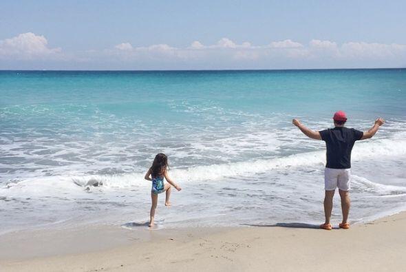 Tommy con Sabrina en el mar.