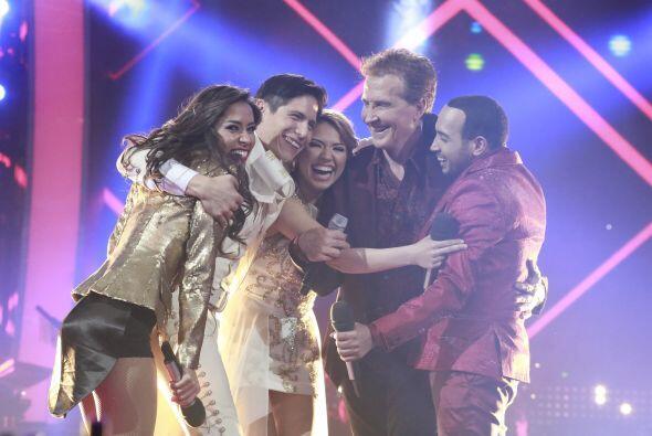 Los chicos y el cantante se abrazaron tras un gran número.