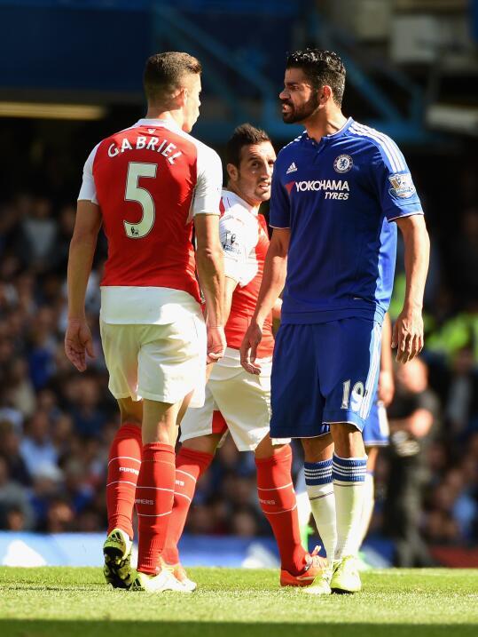 Diego Costa le pega a Gabriel Paulista y hace que lo expulsen