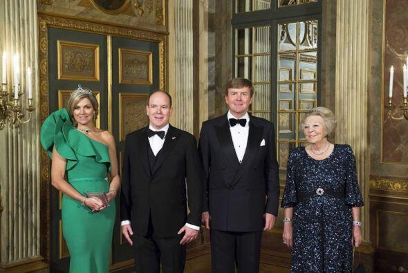 El rey holandés Guillermo Alejandro, la reina Máxima, la princesa Beatri...