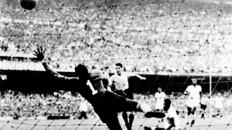 Schiafino anota el gol del empate de Uruguay en el Maracanazo de 1950.