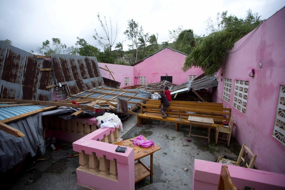 Una iglesia destruida por las fuertes lluvias y vientos en in Saint-Loui...