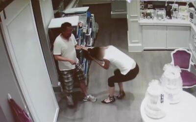 Sospechoso es captado en video arrastrando del cabello a la empleada de...