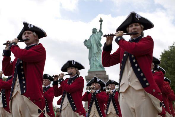 Tambores, banderas estadounidenses, escarapelas y camisetas patrióticas...