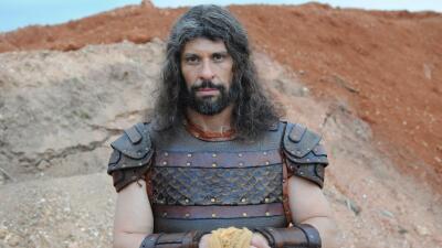 Milhem Cortaz interpreta a Caleb.