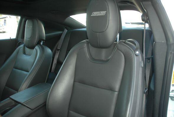 Los asientos delanteros son bastantes cómodos y las costuras de las cabe...
