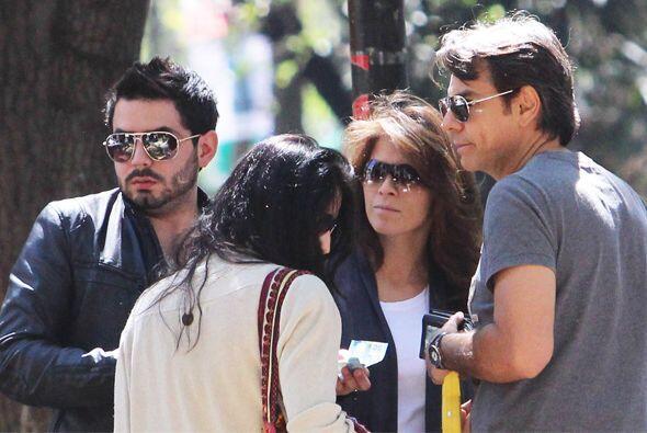 El actor mexicano salió a comer con su esposa Alessandra y dos de sus hi...