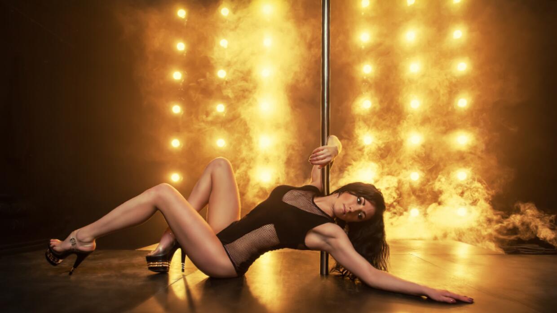 Ser dominadas o realizar el papel de una stripper durante una noche resu...