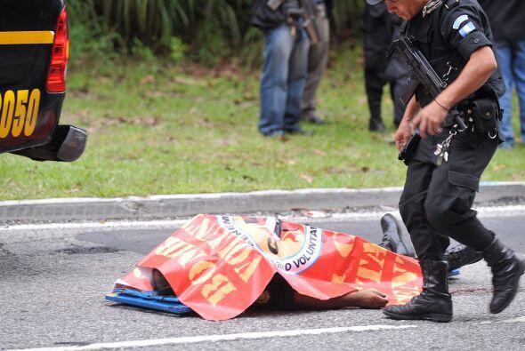 Una mujer policía fue asesinada el jueves cuando abordaba un auto...