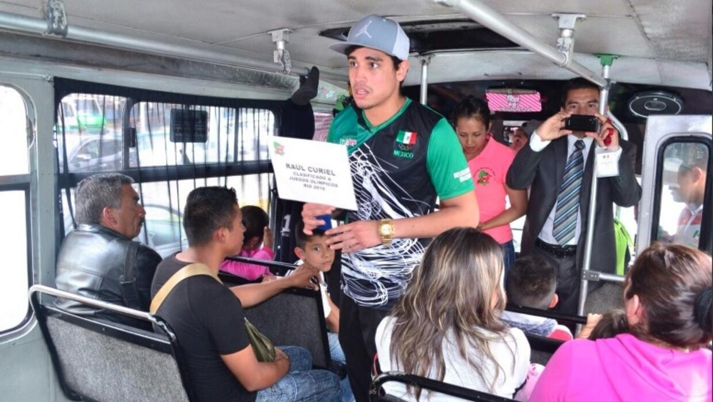 Boxeadores mexicanos salieron a pedir dinero.
