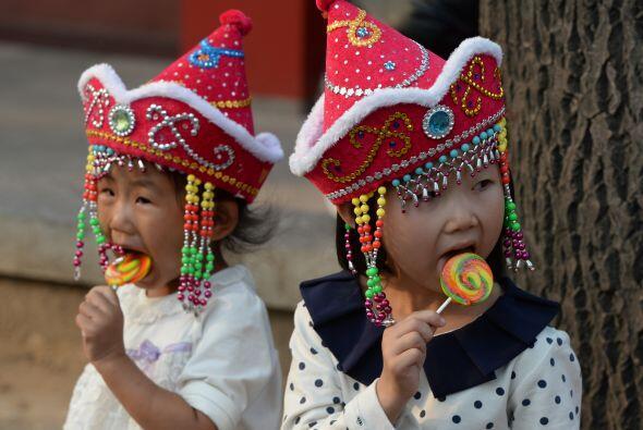 Dos niños turistas chinos disfrutan de un caramelo visita a la Pl...