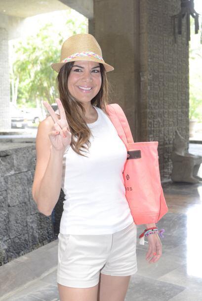 """La guapa conductora se protegió del sol con un sombrero y su """"outfit"""" fu..."""