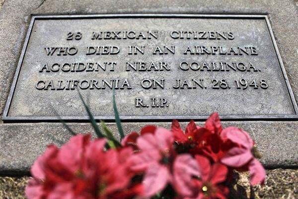 Lápida conmemorativa colocada en 2003.