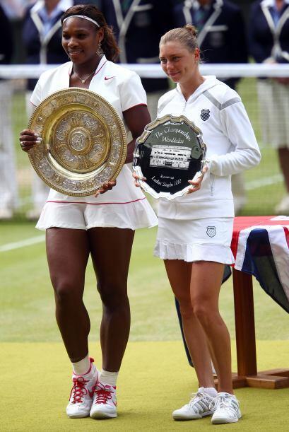 Las dos finalistas posan con sus respectivos trofeos. Vera Zvonarena rec...