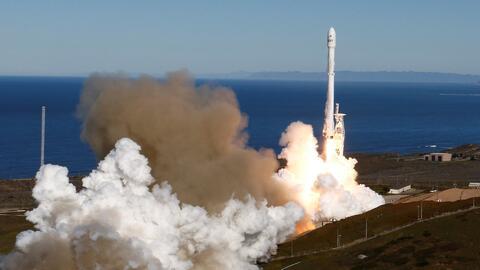 SpaceX lanza un cohete desde una base de la Fuerza Aérea en California