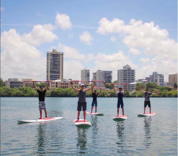Christopher, Richard, Zabdiel, Joel y Erick haciendo paddle surf  en Lag...