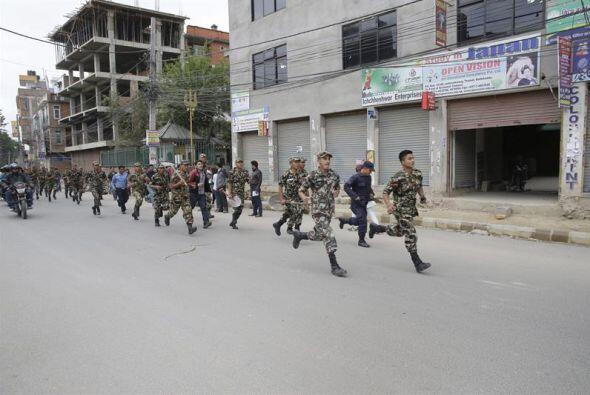 Miembros del ejército de Nepal corren para brindar ayuda a la población...