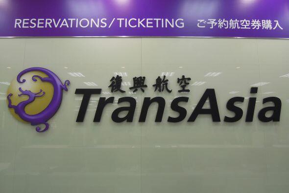 Vista de un logotipo de la compañía taiwanesa TransAsia Airways en el ae...