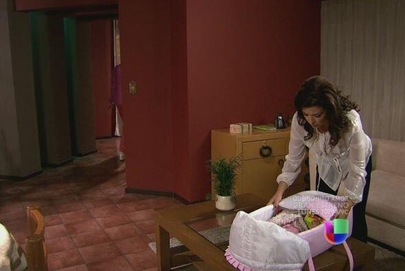 Miriam está con Ágata en su casa, completamente confundida por lo que ha...