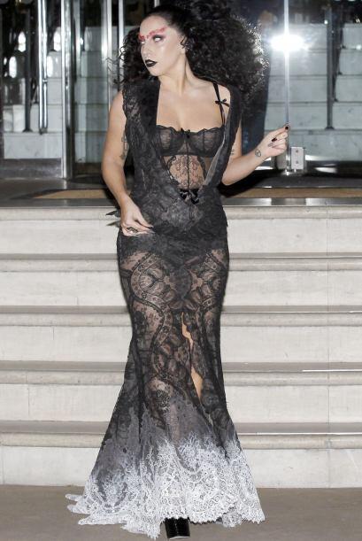 Pero el vestido es otra joyita digna de una tienda de disfraces.