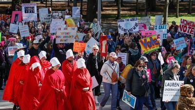 En fotos: miles de mujeres marchan en Chicago contra Trump antes de acudir a ejercer su voto para que los demócratas recuperen el Congreso