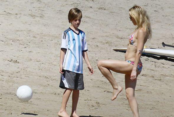 Kate aprovechó para demostrar su habilidad con el balón.