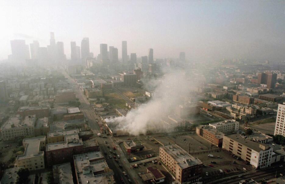 Bajo los icónicos rascacielos del centro de Los Ángeles, se observa una...