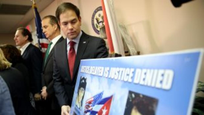 El Senador republicano Marco Rubio (derecha) durante una conferencia de...