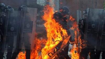 Un policía envuelto en llamas a causa de una bomba molotov en San Cristó...