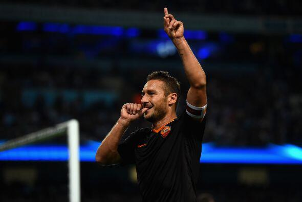 Con un enorme gol de Totti, la Roma empató el juego ante el Manchester C...