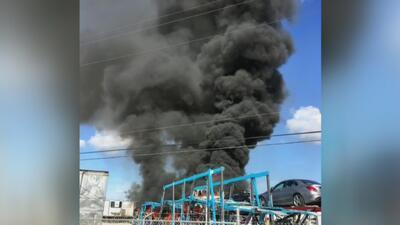 Voraz incendio consume cinco vehículos en una compañía de transportes
