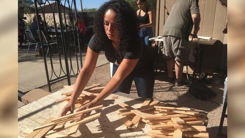Voluntarios arman y pintan cruces para honrar a los migrantes fallecidos...