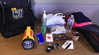 ¿Qué debe llevar una mochila de emergencia para un desastre?