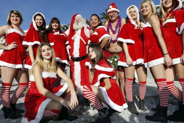 Santa llega a la playa rodeado de sus ayudantes muy sexys y de todos los...