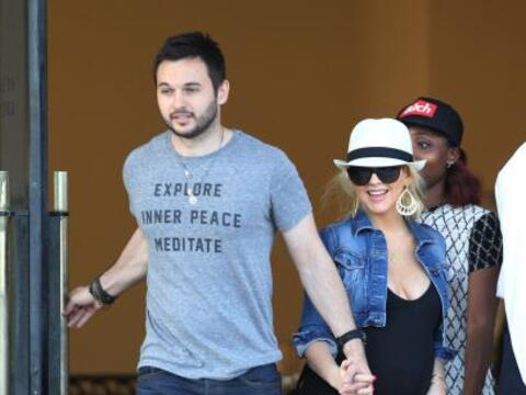 La cantante de 33 años salió a pasear con su pareja, Matth...