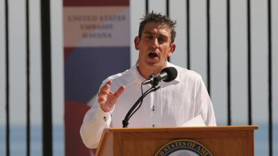 Richard Blanco en la apertura de la embajada estadounidense en La Habana.