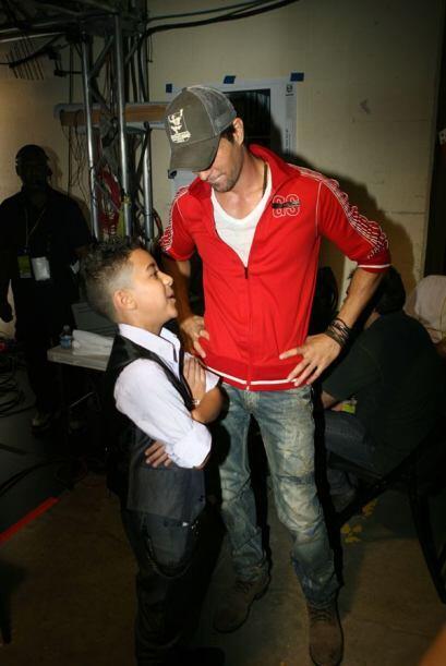 Enrique escuchaba atento lo que el reggaetonero le decía.