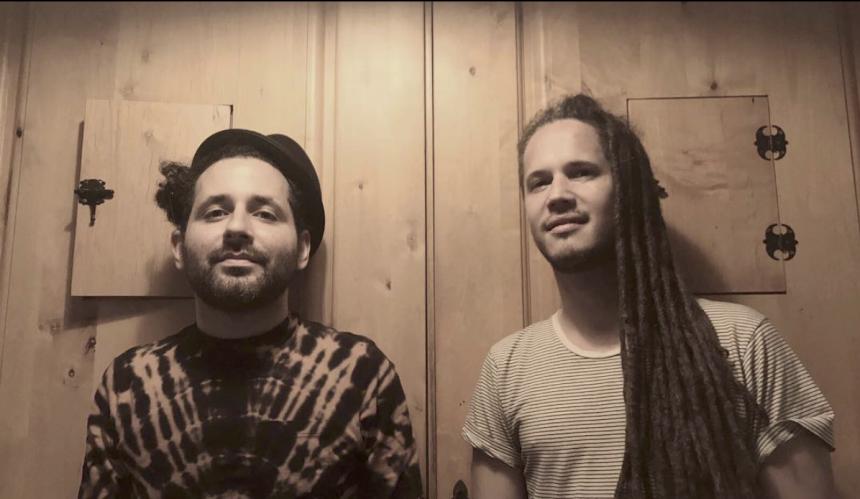 "Este disco fue producido por Eduardo Cabra, ""Visitante Calle 13"". Visita..."
