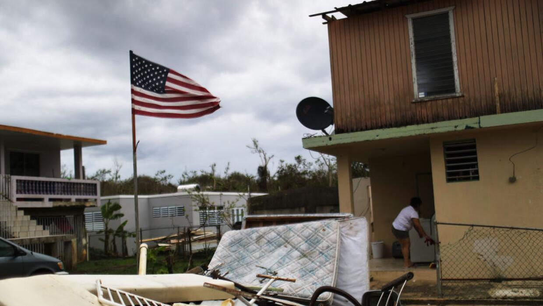 Una mujer y su casa en la localidad de Dorado, en Puerto Rico, tras la d...