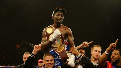 Terence Crawford con el cinturón de campeón ligero de la OMB.