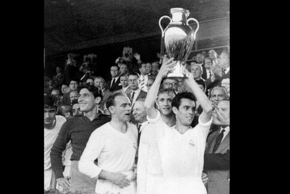 En la temporada 1963-64 a falta de 4 jornadas el Real Madrid acariciaba...