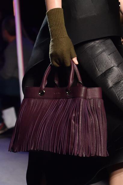 Las texturas y aplicaciones en el bolso son el punto de interés m...