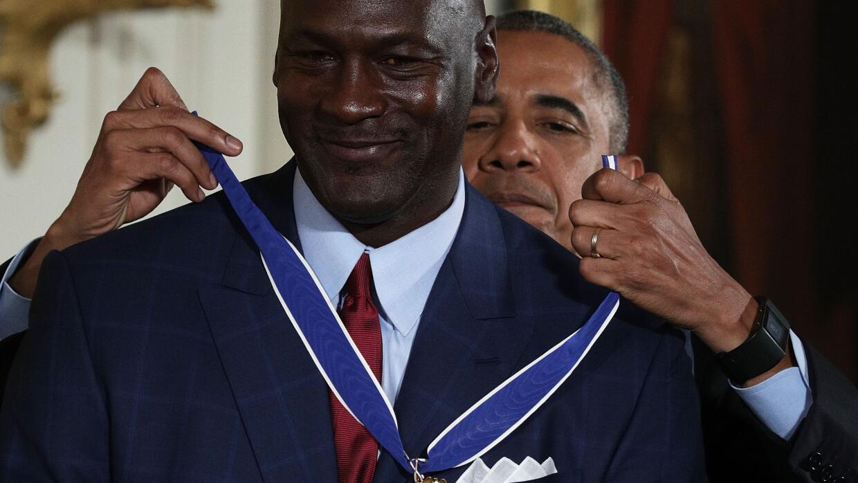 Michael Jordan recibe la Medalla de la Libertad de manos del presidente...
