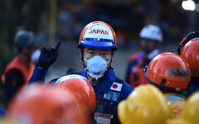 Un rescatista japonés colabora en la retirada de escombros en Ciu...