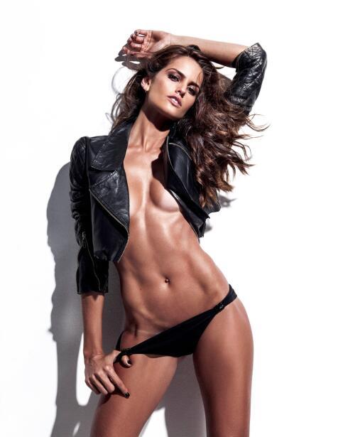 Izabel es una bella modelo brasileña que es novia del portero del...