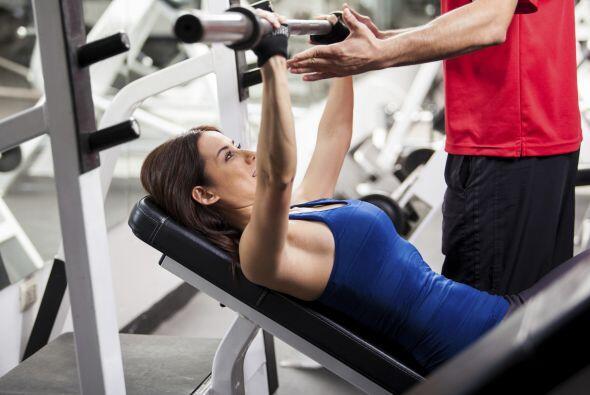 Una carga pesada, para una mujer que entrena, se define como el peso que...
