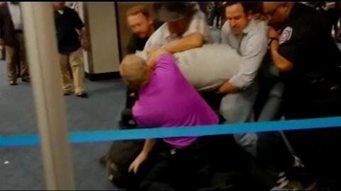 Pasajeros detienen a un homófobo que golpeaba a un hombre