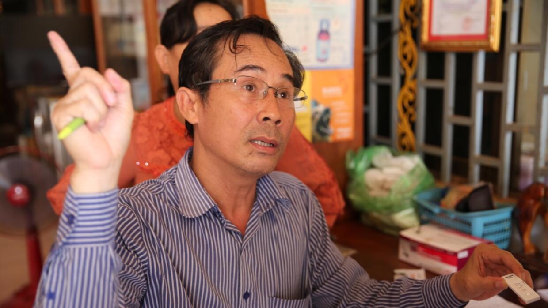 Rung Bungkok dirige una clínica ubicada en la provincia de Tbong Khmom,...